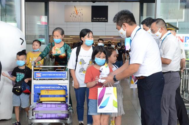 Đà Nẵng đón đoàn du khách trở lại sau dịch: Du khách yên tâm với công tác chống dịch của thành phố biển - Ảnh 2.