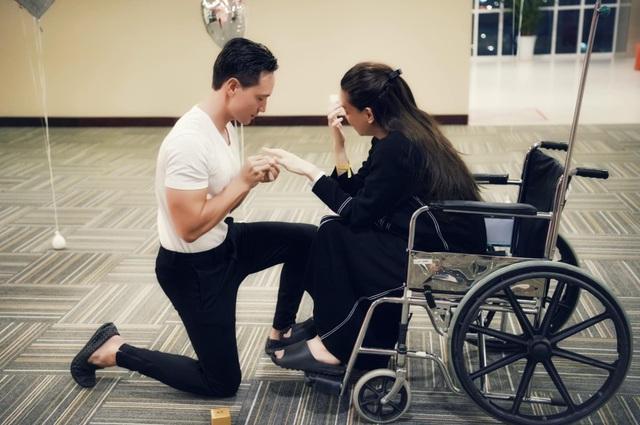 Kim Lý quỳ gối cầu hôn Hồ Ngọc Hà tại bệnh viện - Ảnh 1.