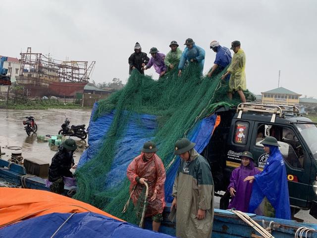 Thừa Thiên Huế, Quảng Trị: Người dân hối hả di dời đến nơi an toàn trước bão số 13 - Ảnh 15.