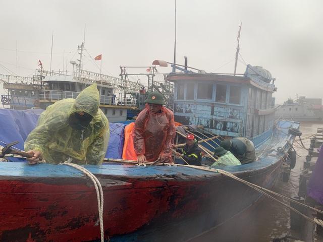 Thừa Thiên Huế, Quảng Trị: Người dân hối hả di dời đến nơi an toàn trước bão số 13 - Ảnh 16.
