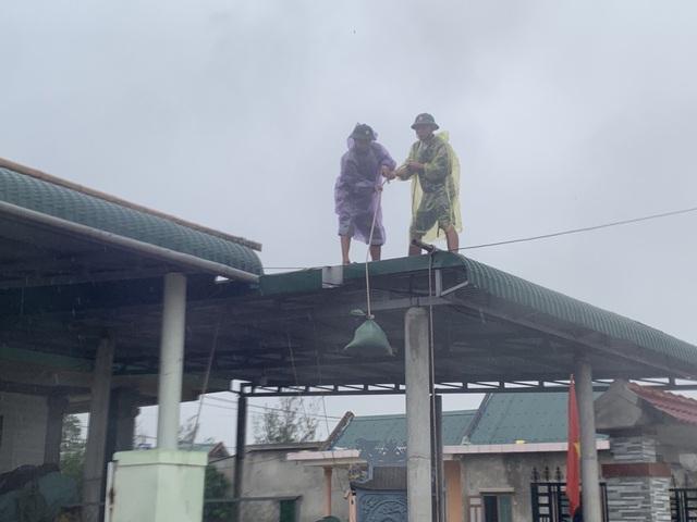 Thừa Thiên Huế, Quảng Trị: Người dân hối hả di dời đến nơi an toàn trước bão số 13 - Ảnh 12.