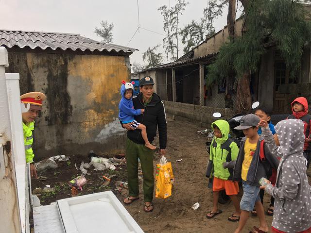 Thừa Thiên Huế, Quảng Trị: Người dân hối hả di dời đến nơi an toàn trước bão số 13 - Ảnh 5.