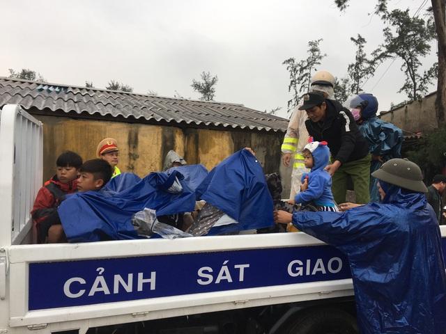 Thừa Thiên Huế, Quảng Trị: Người dân hối hả di dời đến nơi an toàn trước bão số 13 - Ảnh 6.