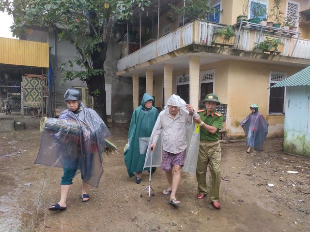 Thừa Thiên Huế, Quảng Trị: Người dân hối hả di dời đến nơi an toàn trước bão số 13 - Ảnh 8.