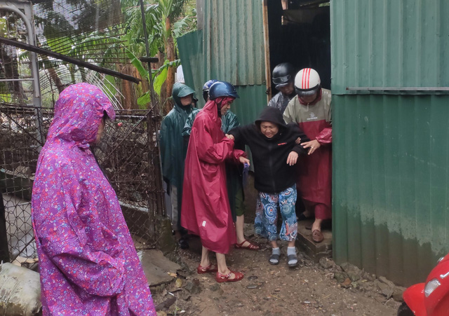 Thừa Thiên Huế, Quảng Trị: Người dân hối hả di dời đến nơi an toàn trước bão số 13 - Ảnh 9.