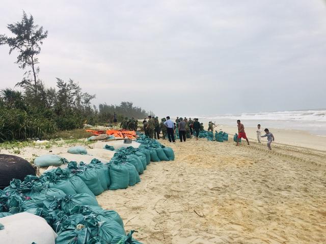Thừa Thiên Huế, Quảng Trị: Người dân hối hả di dời đến nơi an toàn trước bão số 13 - Ảnh 1.
