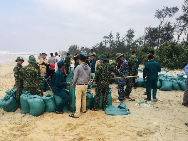 Thừa Thiên Huế, Quảng Trị: Người dân hối hả di dời đến nơi an toàn trước bão số 13 - Ảnh 2.