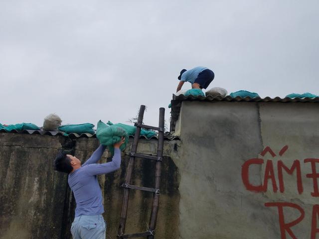 Thừa Thiên Huế, Quảng Trị: Người dân hối hả di dời đến nơi an toàn trước bão số 13 - Ảnh 4.