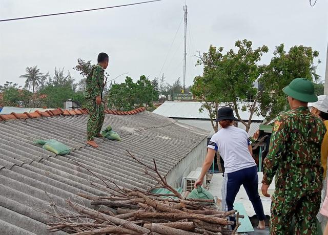 Thừa Thiên Huế, Quảng Trị: Người dân hối hả di dời đến nơi an toàn trước bão số 13 - Ảnh 3.