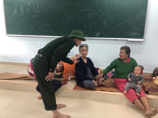 Thừa Thiên Huế, Quảng Trị: Người dân hối hả di dời đến nơi an toàn trước bão số 13 - Ảnh 7.