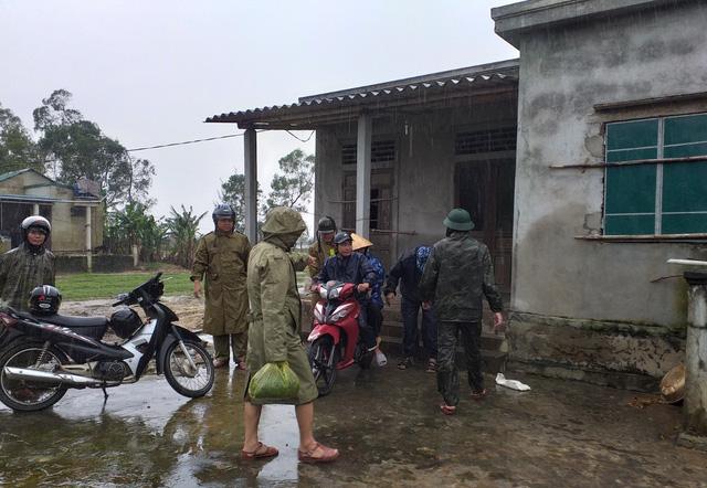 Thừa Thiên Huế, Quảng Trị: Người dân hối hả di dời đến nơi an toàn trước bão số 13 - Ảnh 14.
