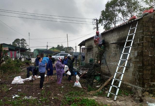 Thừa Thiên Huế, Quảng Trị: Người dân hối hả di dời đến nơi an toàn trước bão số 13 - Ảnh 11.