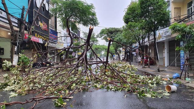 Những hình ảnh thiệt hại ban đầu ở Đà Nẵng và Thừa Thiên Huế do bão Vamco, Quảng Bình di dời hàng trăm hộ dân tránh bão - Ảnh 24.