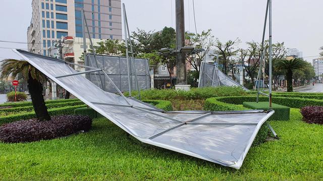 Những hình ảnh thiệt hại ban đầu ở Đà Nẵng và Thừa Thiên Huế do bão Vamco, Quảng Bình di dời hàng trăm hộ dân tránh bão - Ảnh 25.
