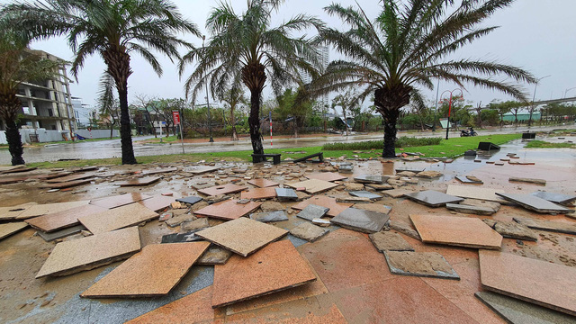 Những hình ảnh thiệt hại ban đầu ở Đà Nẵng và Thừa Thiên Huế do bão Vamco, Quảng Bình di dời hàng trăm hộ dân tránh bão - Ảnh 15.