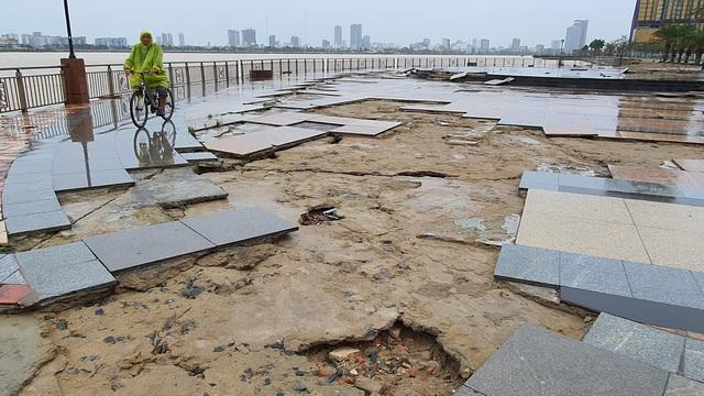 Những hình ảnh thiệt hại ban đầu ở Đà Nẵng và Thừa Thiên Huế do bão Vamco, Quảng Bình di dời hàng trăm hộ dân tránh bão - Ảnh 16.