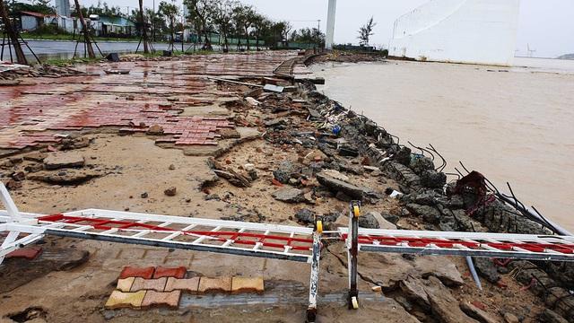 Những hình ảnh thiệt hại ban đầu ở Đà Nẵng và Thừa Thiên Huế do bão Vamco, Quảng Bình di dời hàng trăm hộ dân tránh bão - Ảnh 17.