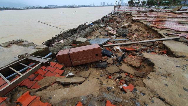 Những hình ảnh thiệt hại ban đầu ở Đà Nẵng và Thừa Thiên Huế do bão Vamco, Quảng Bình di dời hàng trăm hộ dân tránh bão - Ảnh 12.
