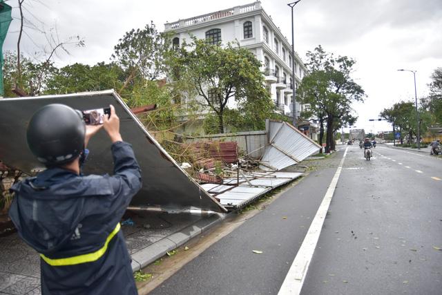 Những hình ảnh thiệt hại ban đầu ở Đà Nẵng và Thừa Thiên Huế do bão Vamco, Quảng Bình di dời hàng trăm hộ dân tránh bão - Ảnh 3.