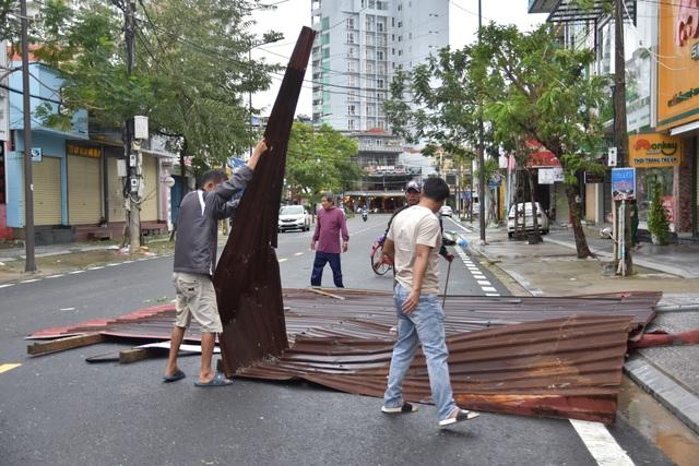 Những hình ảnh thiệt hại ban đầu ở Đà Nẵng và Thừa Thiên Huế do bão Vamco, Quảng Bình di dời hàng trăm hộ dân tránh bão - Ảnh 5.