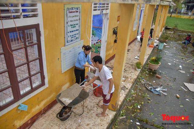 Trường học vùng biển tốc mái sau bão 13, giáo viên được huy động khẩn trương khắc phục - Ảnh 9.