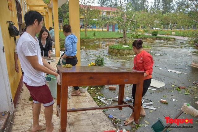 Trường học vùng biển tốc mái sau bão 13, giáo viên được huy động khẩn trương khắc phục - Ảnh 11.