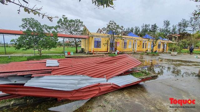 Trường học vùng biển tốc mái sau bão 13, giáo viên được huy động khẩn trương khắc phục - Ảnh 2.