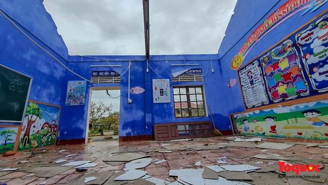 Trường học vùng biển tốc mái sau bão 13, giáo viên được huy động khẩn trương khắc phục - Ảnh 5.