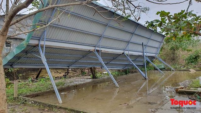 Trường học vùng biển tốc mái sau bão 13, giáo viên được huy động khẩn trương khắc phục - Ảnh 7.