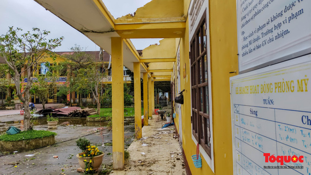 Trường học vùng biển tốc mái sau bão 13, giáo viên được huy động khẩn trương khắc phục - Ảnh 3.