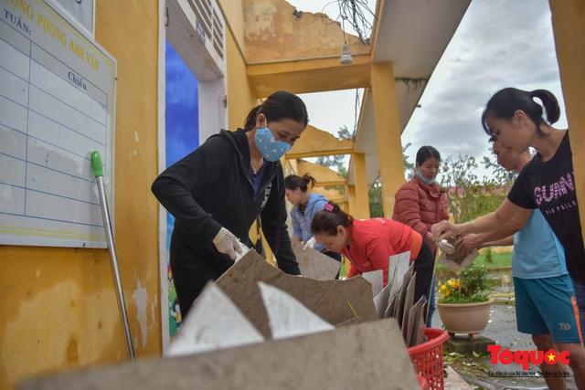 Trường học vùng biển tốc mái sau bão 13, giáo viên được huy động khẩn trương khắc phục - Ảnh 12.