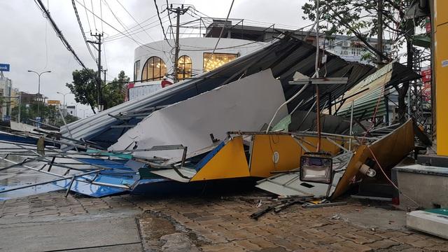 Những hình ảnh thiệt hại ban đầu ở Đà Nẵng và Thừa Thiên Huế do bão Vamco, Quảng Bình di dời hàng trăm hộ dân tránh bão - Ảnh 26.