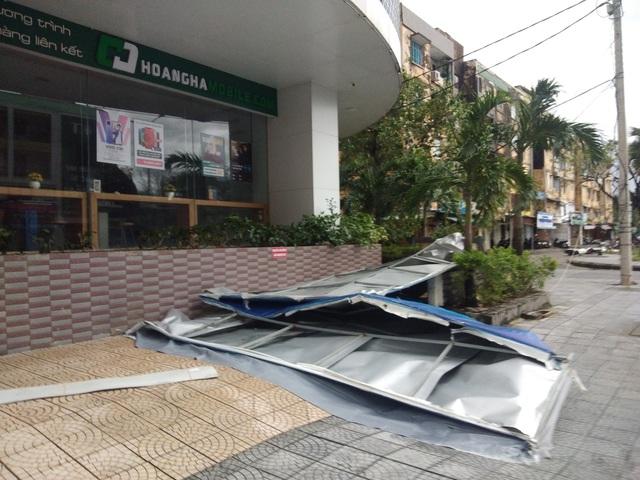 Những hình ảnh thiệt hại ban đầu ở Đà Nẵng và Thừa Thiên Huế do bão Vamco, Quảng Bình di dời hàng trăm hộ dân tránh bão - Ảnh 7.