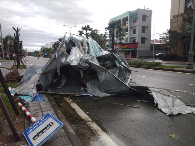 Những hình ảnh thiệt hại ban đầu ở Đà Nẵng và Thừa Thiên Huế do bão Vamco, Quảng Bình di dời hàng trăm hộ dân tránh bão - Ảnh 8.