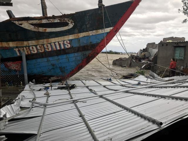Những hình ảnh thiệt hại ban đầu ở Đà Nẵng và Thừa Thiên Huế do bão Vamco, Quảng Bình di dời hàng trăm hộ dân tránh bão - Ảnh 9.