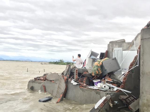 Những hình ảnh thiệt hại ban đầu ở Đà Nẵng và Thừa Thiên Huế do bão Vamco, Quảng Bình di dời hàng trăm hộ dân tránh bão - Ảnh 10.