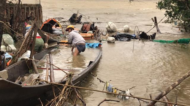 Những hình ảnh thiệt hại ban đầu ở Đà Nẵng và Thừa Thiên Huế do bão Vamco, Quảng Bình di dời hàng trăm hộ dân tránh bão - Ảnh 11.