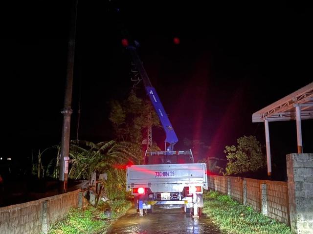 Quảng Bình: Trắng đêm khắc phục lưới điện - Ảnh 1.