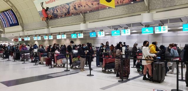Đưa gần 350 công dân Việt Nam từ Canada về nước - Ảnh 1.