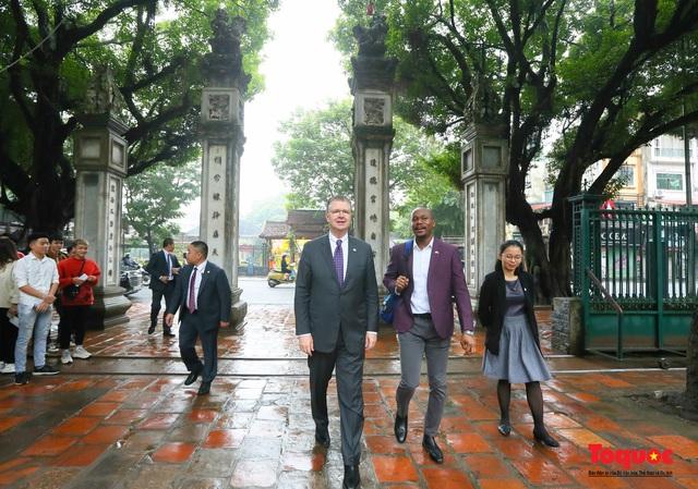 Đại sứ Mỹ thăm trường đại học đầu tiên của Việt Nam nhân ngày 20/11 - Ảnh 1.