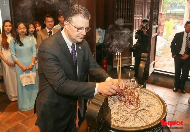 Đại sứ Mỹ thăm trường đại học đầu tiên của Việt Nam nhân ngày 20/11 - Ảnh 9.