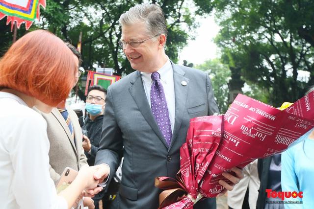 Đại sứ Mỹ thăm trường đại học đầu tiên của Việt Nam nhân ngày 20/11 - Ảnh 2.