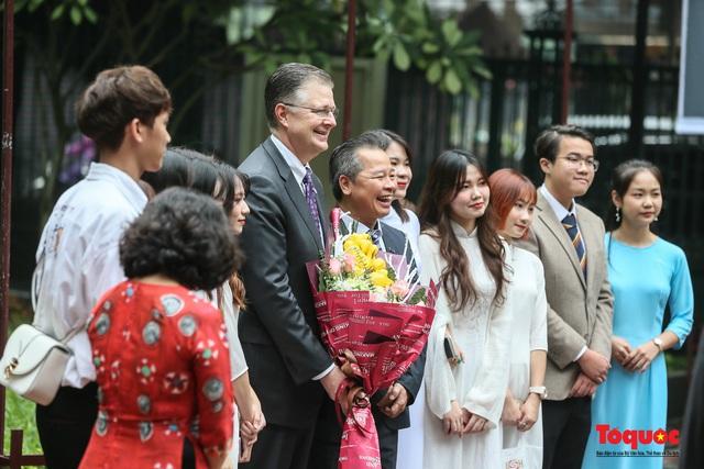 Đại sứ Mỹ thăm trường đại học đầu tiên của Việt Nam nhân ngày 20/11 - Ảnh 3.