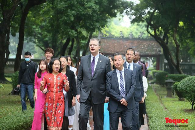 Đại sứ Mỹ thăm trường đại học đầu tiên của Việt Nam nhân ngày 20/11 - Ảnh 4.