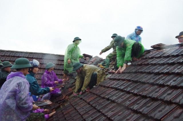Thủ tướng: Tiếp tục tìm kiếm những người còn mất tích trong bão số 9 - Ảnh 1.