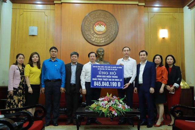 Bộ VHTTDL trao tiền ủng hộ đồng bào miền Trung - Ảnh 2.