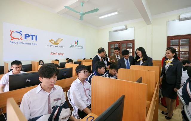 PTI và Bưu điện tỉnh Lạng Sơn trao tặng phòng máy tính cho trường THPT Việt Bắc  - Ảnh 3.