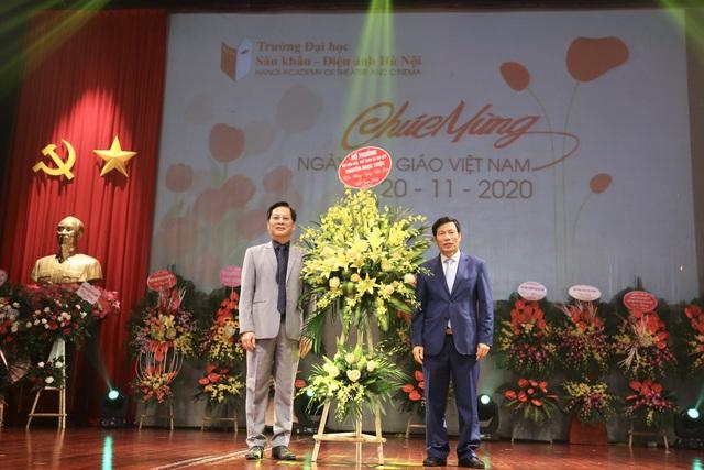 Bộ trưởng Nguyễn Ngọc Thiện chúc mừng tập thể giáo viên trường Đại học Sân khấu Điện ảnh Hà Nội và trường Cán bộ Quản lý VHTTDL nhân ngày 20/11 - Ảnh 1.