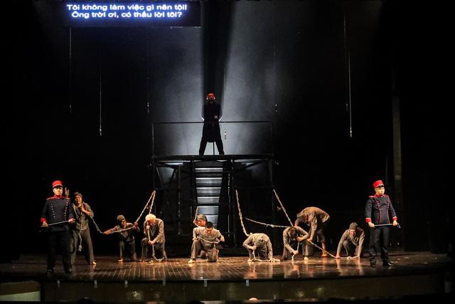 Vở Nhạc kịch 'Những người khốn khổ' chinh phục khán giả Thủ đô trong đêm đầu tiên ra mắt - Ảnh 1.