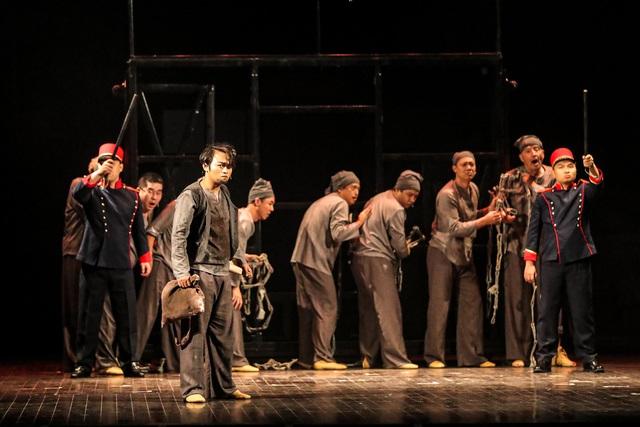 Vở Nhạc kịch 'Những người khốn khổ' chinh phục khán giả Thủ đô trong đêm đầu tiên ra mắt - Ảnh 2.